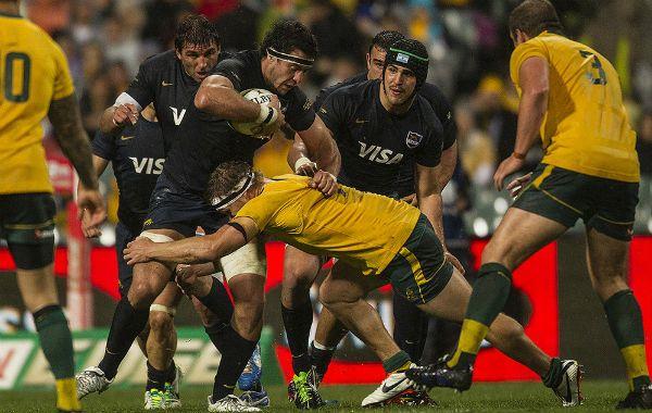 En acción. El ex segunda línea de Jockey aguanta el tackle de un jugador australiano durante el partido disputado en Perth. Fue triunfo para el local por 14-13.