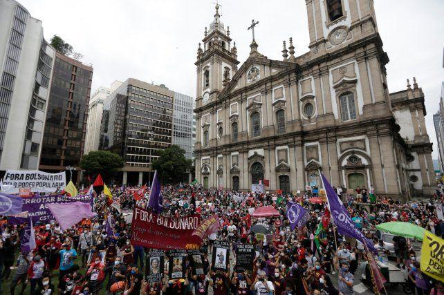 BANDERAS. Manifestantes ayer frente a una iglesia ubicada en el centro de Río de Janeiro.