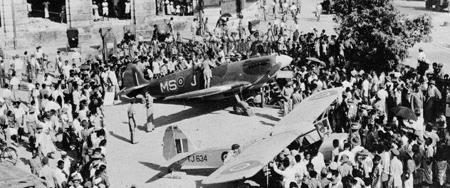 Antecedente. Un Spitfire británico y un Auster (adelante) el 3 de abril 1946 en una plaza de Yangón