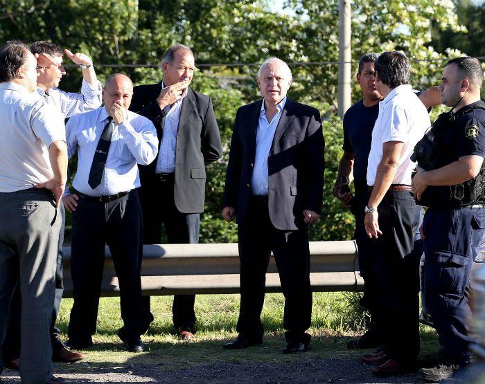 El gobernador estuvo inspeccionado el lugar junto a otros funcionarios.