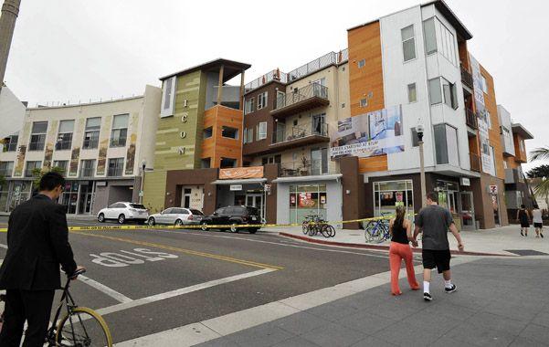 Santa Bárbara. Un grupo de estudiantes pasa por el lugar del tiroteo.