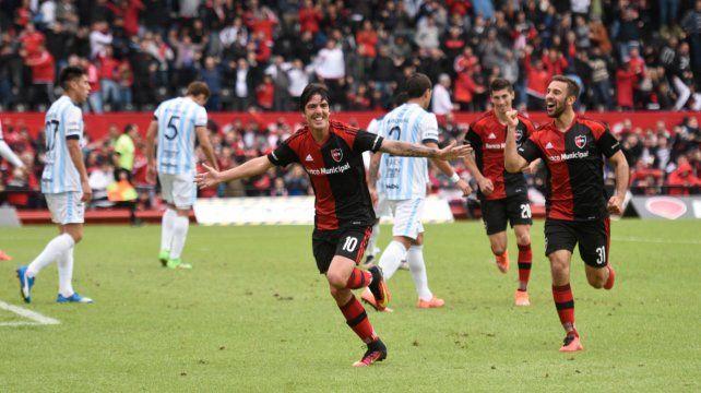 Formica celebra su gol de cabeza. Fue victoria de Newells por 3 a 1 en 2016.