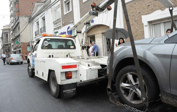 Las multas por violar la ordenanza que prohibe estacionar en 15 cuadras pueden llegar hasta los mil pesos. (Foto: Virginia Benedetto)