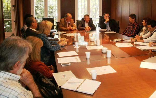 Plan. Anuncios de la Cámara Argentina de la Construcción y el Programa de Infraestructura Regional de la UNR.