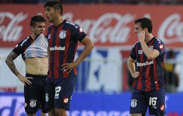 Desazón. Los jugadores azulgranas lamentan la oportunidad perdida de coronarse campeones del torneo Inicial.