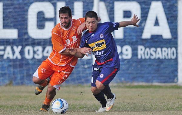 La manija. El Enano Juan Fernández maneja el fútbol en el equipo de Cuffaro Russo.