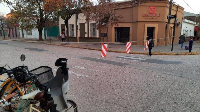 El lunes, tras el retorno a la presencialidad, volvieron a colocarse las sogas frente a las escuelas primarias.