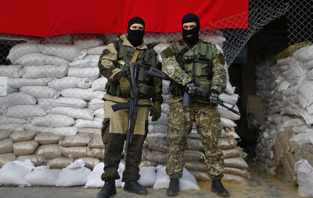 ¿Ucranianos o rusos? Milicianos muy bien equipados con material ruso en las puertas del municipio de Slaviansk.
