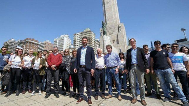 Emblema. Estévez junto a dirigentes progresista en el Monumento a la Bandera