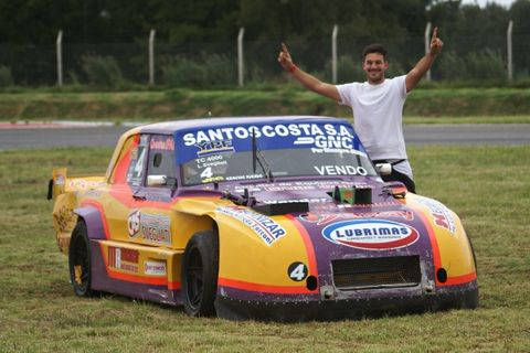 Lucas Svegliati festeja la corona junto a su Chevrolet 400.  De Pavón salió el uno.