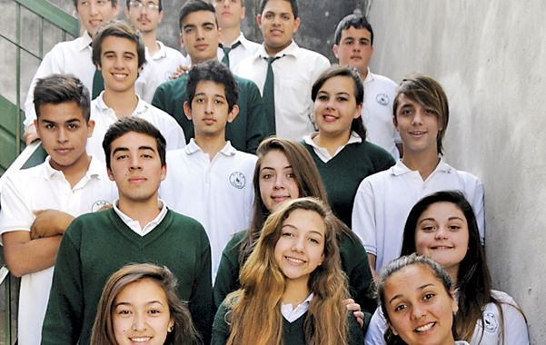 Los alumnos y los profesores que serán parte de la llamativa experiencia a la zona del conflicto de 1982. (E.Rodríguez)