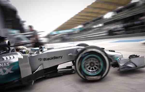 El Mercedes del inglés Hamilton va en busca de la pole position. (Foto: AP)