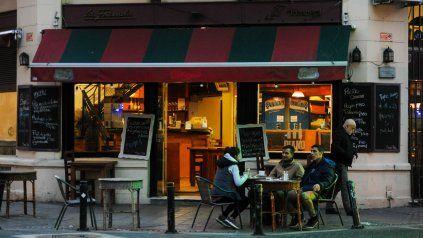 Esperando a los clientes. Los dueños de bares y restaurantes pidieron recuperar el turno noche para sumar ingresos en medio de la crisis.