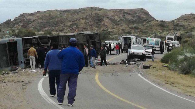 Al menos 12 muertos y más de 20 heridos al volcar un ómnibus de larga distancia en Mendoza