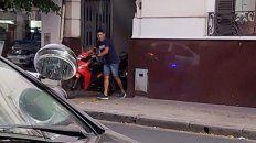 El momento en el que el motochorro abandona con su moto la secional de policía donde había quedado detenido.