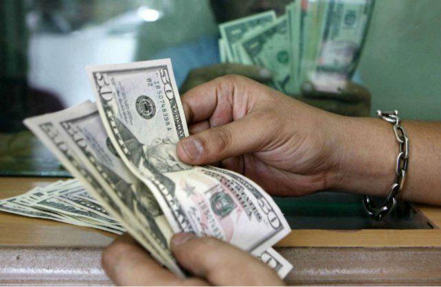 Errático. El dólar blue arrancó la jornada en alza pero la presencia de mayor oferta lo neutralizó.