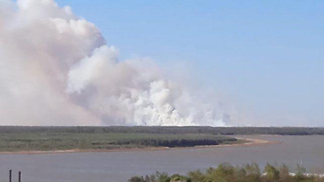 Fuego en las islas: se incendian más de 500 hectáreas frente a Villa Constitución