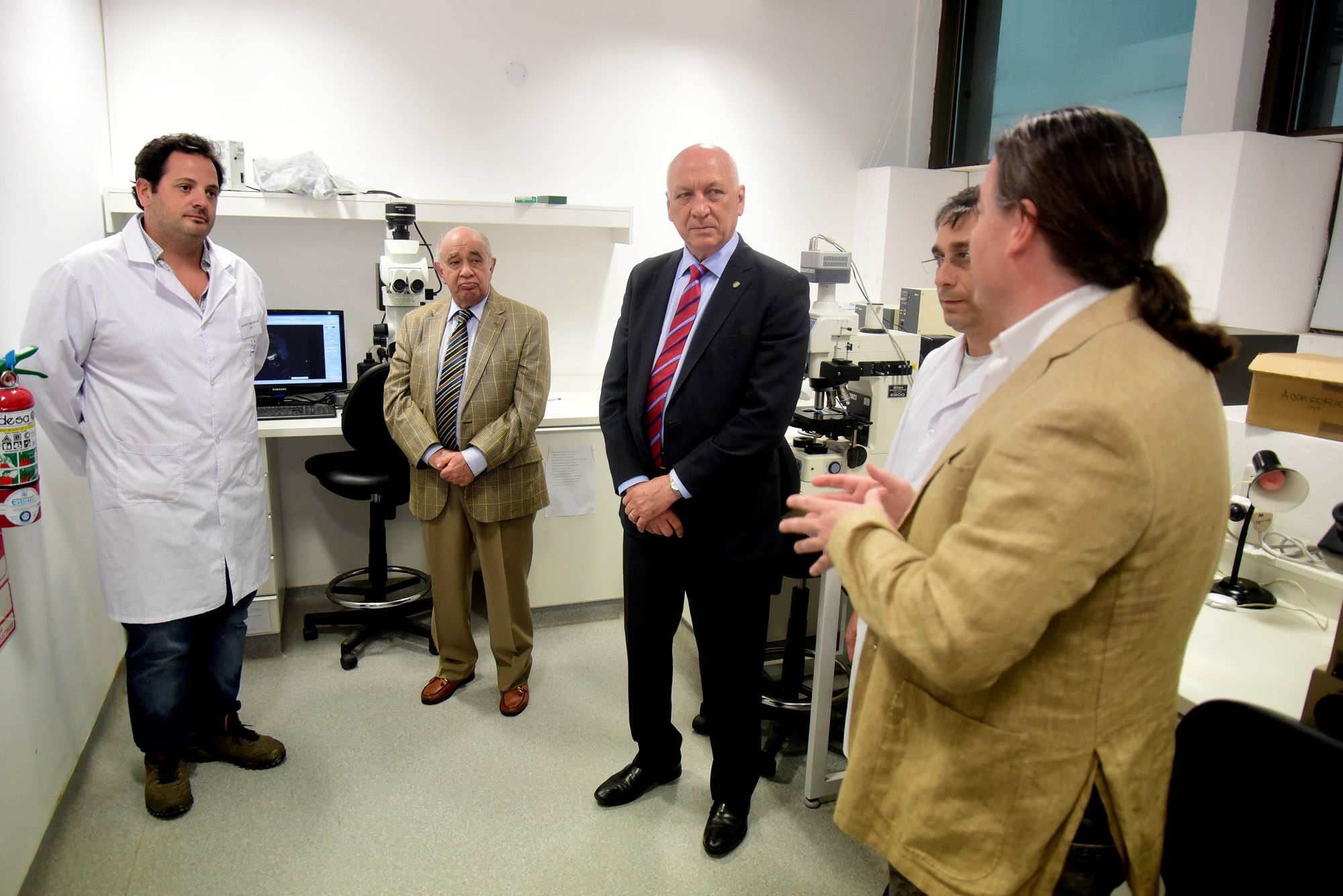 Recorrida. Bonfatti visitó el Instituto de Biología Molecular (IBR)