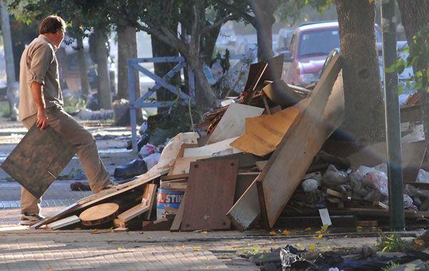 Sin consuelo. Un vecino amontona los restos informes de muebles y enseres destruidos por las fuertes correntadas del martes por la noche.