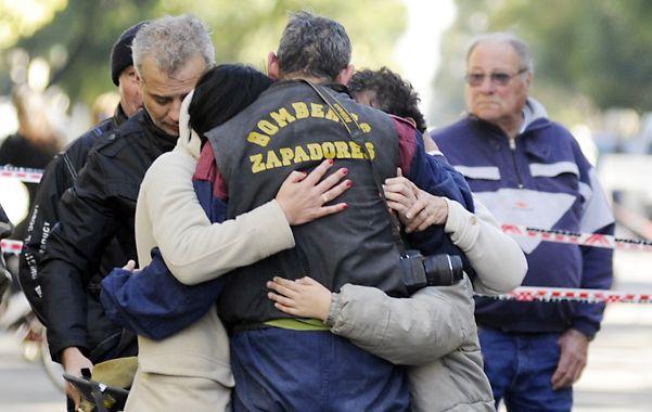 Abrazo. La incesante tarea de los bomberos también incluyó el apoyo a las familias damnificadas. (Foto: S. Toriggino)