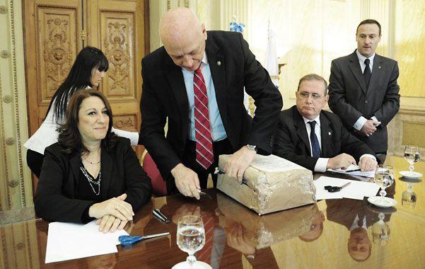 Apertura de sobres. El acto se realizó en la Gobernación y estuvo encabezado por Antonio Bonfatti.