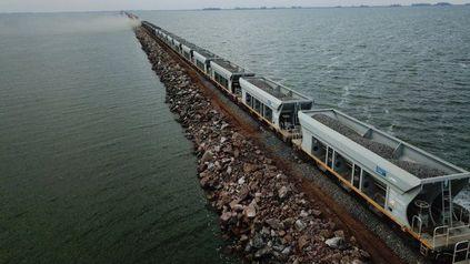 Prueba superada. La formación de Trenes Argentinos Cargas atraviesa el nuevo pedraplén de la laguna La Picasa, en el departamento General López, del suroeste santafesino.