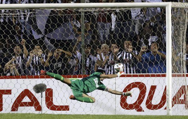 Barovero se estira pero no llega a contener el tremendo zapatazo de Claudio Vargas.