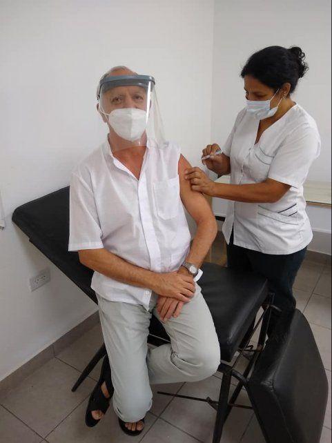 El personal médico recibió la dosis de la vacuna en Chovet. Juan Carlos Bonifacio, responsable médico del geriátrico local, fue inoculado en el Samco.
