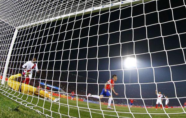 Eduardo Vargas abre el marcador en el estadio Nacional de Santiago.