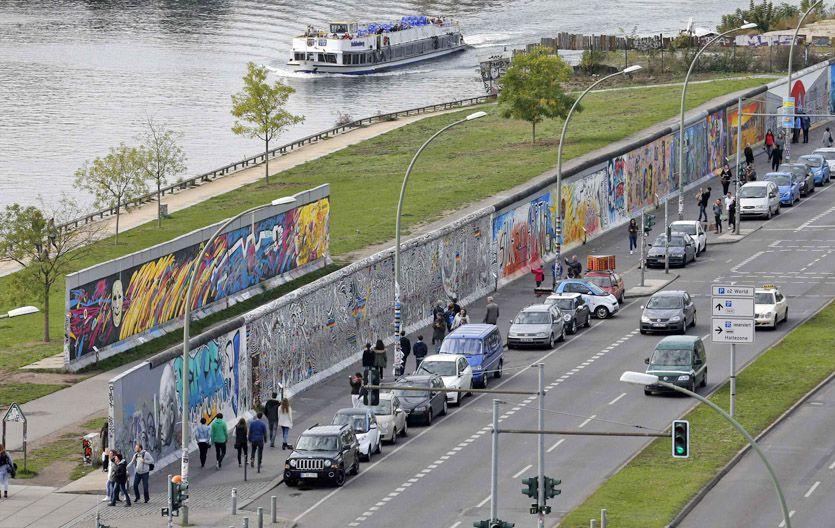 Vestigios. El principal tramo que queda en pie del Muro en Berlín es visitado a diario por los turistas.