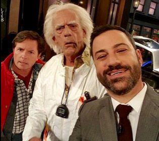 El conductor les explicó lo que era una selfie. Doc Brown preguntó: ¿Qué hicieron en estos treinta años?... Me parece que el 2015 apesta.
