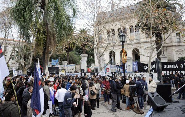 Una multitud acompañó a los querellantes esta mañana en los Tribunales Federales de Rosario. (Foto: M.Sarlo)