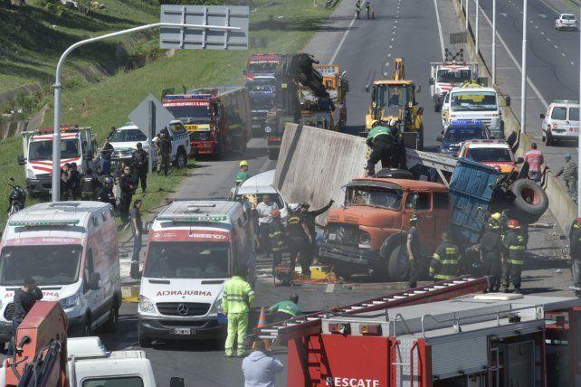 El container de un camión aplastó un vehículo en el que se desplazaban dos mujeres.