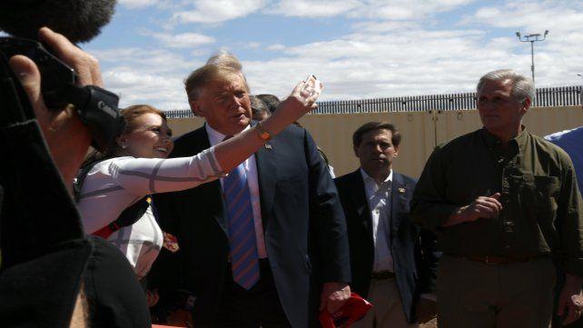El mandatario posa para una selfie con el muro detrás.