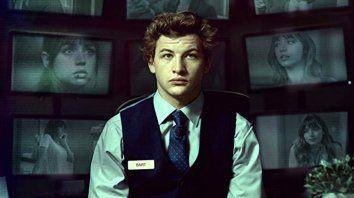 Tye Sheridan interpreta a un joven que padece Síndrome de Asperger con cierto grado de voyeurismo y que trabaja como recepcionista nocturno de un hotel.