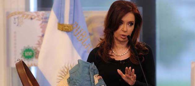 La presidenta mostró hoy una de las enseñas patrias utilizada para esa gesta en Malvinas.