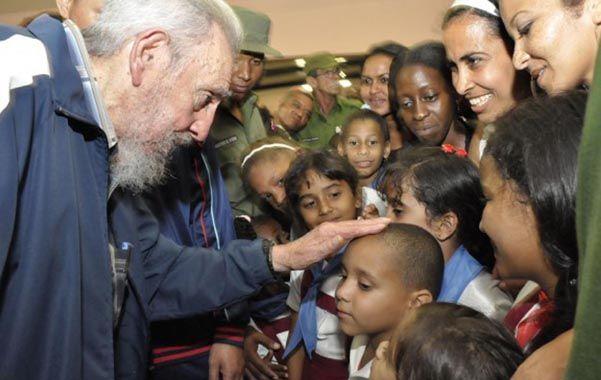 Visita inesperada. El líder cubano conversó con niños y maestros.