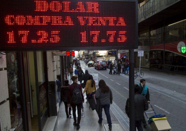 En Rosario. El dólar subió en la plaza local y se instaló en un nuevo piso.