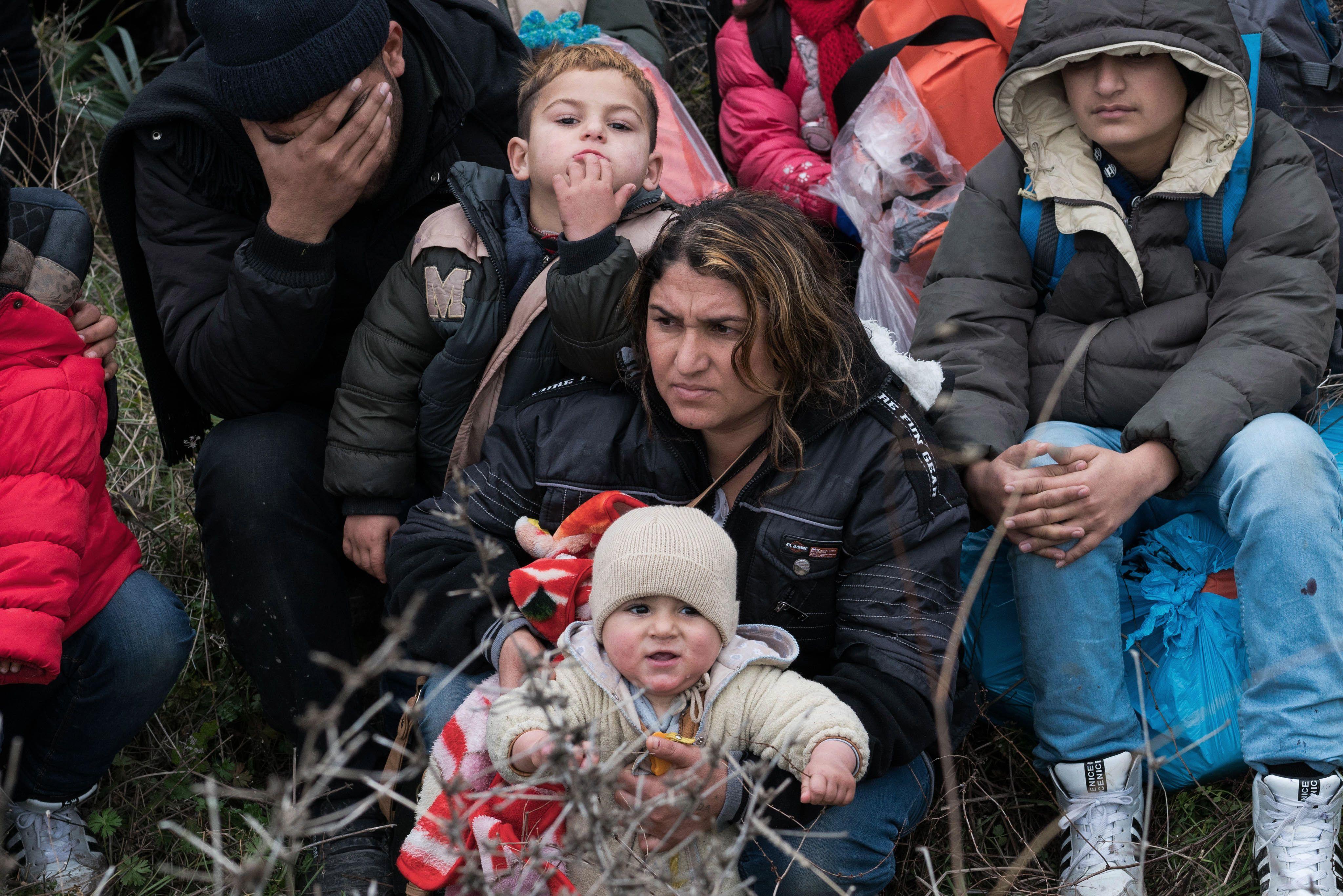 Inmigrantes a la espera de embarcarse en Turquía hacia la isla griega de Lesbos