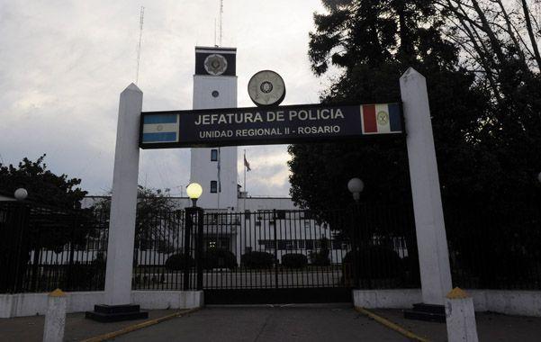 Jefatura. Dos de los policías detenidos se presentaron ayer al ser requeridos en la Jefatura de Ovidio Lagos 5250.