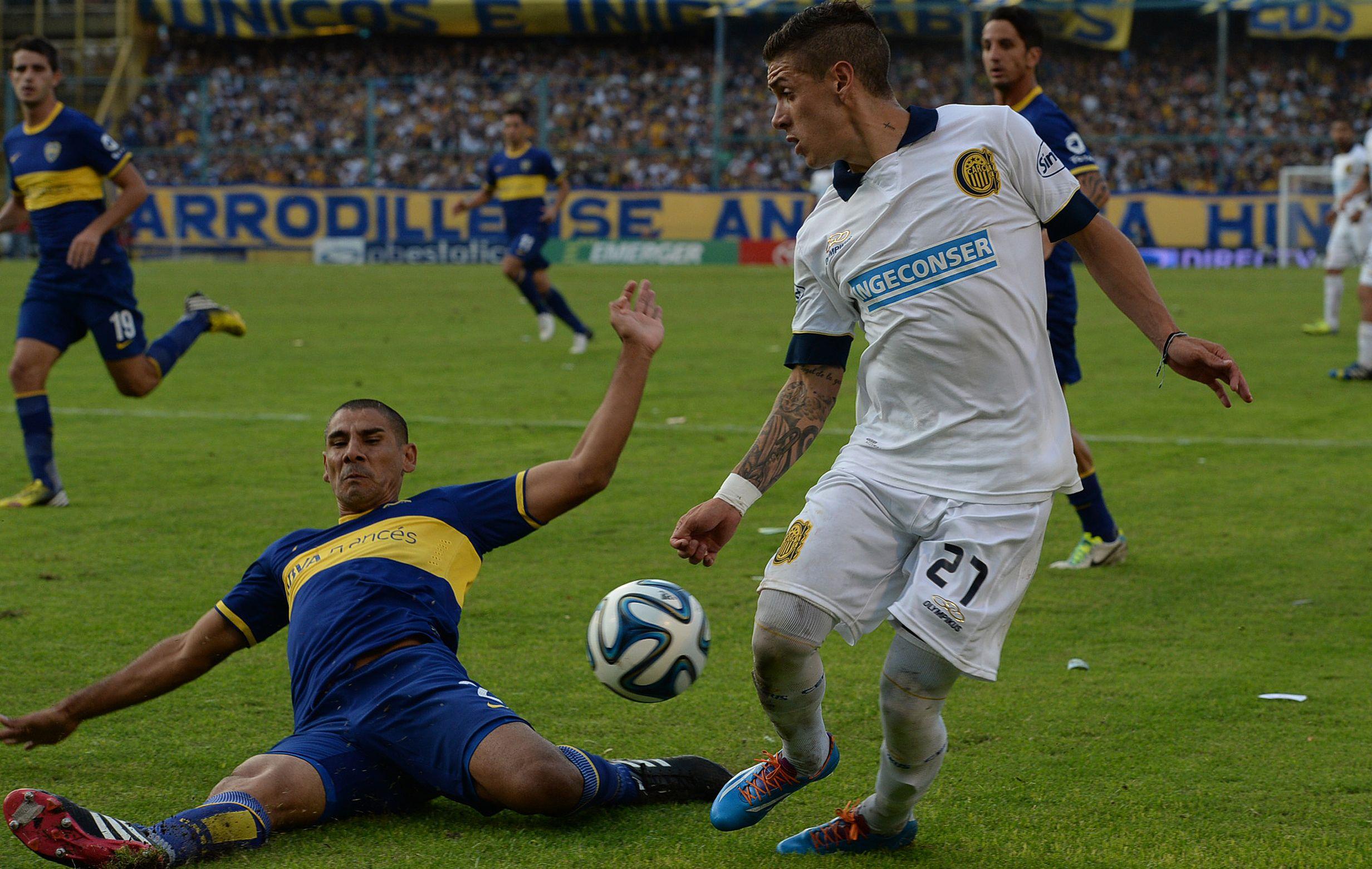 Aguirre intenta desbordar ante el Cata Díaz. Aguirre jugaría su tercer partido como titular en el torneo.