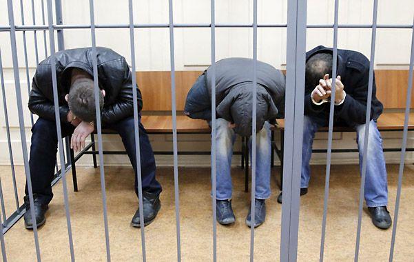enjaulados. Tres de los acusados fueron presentados al tribunal en Moscú. Uno habría confesado