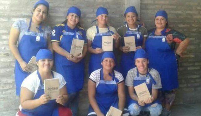 Las panaderas de zona oeste muestras sus certificaciones de producción y sus uniformes de trabajo.
