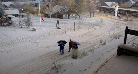 Cayó más ceniza en Villa La Angostura: evacuaron costas y temen aluviones