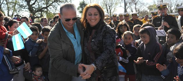 Sergio Berni bailó un chamamé con la intendenta Fein durante una recorrida por barrio Las Flores. (Foto: V. Benedetto)