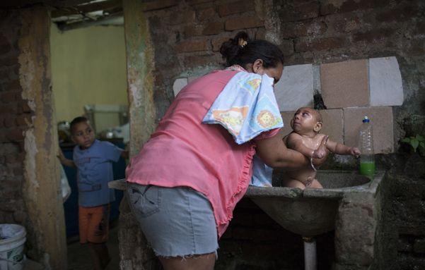 Penoso. Solange da un largo baño con agua fría a José