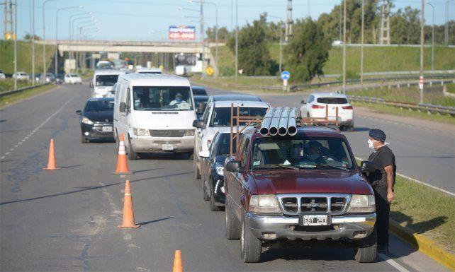 Los controles en los accesos a las ciudades vecinas a Rosario.