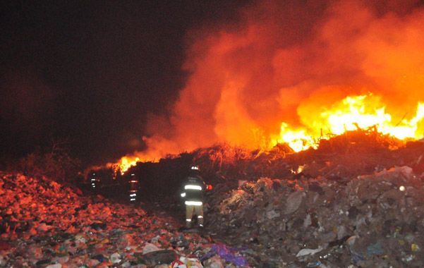 Peligro. En la noche del domingo el viento avivó las llamas que amenazaron a casas.