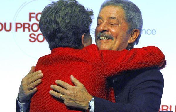 Espaldarazo. Dilma Rousseff abraza a Lula durante la gira por Francia.