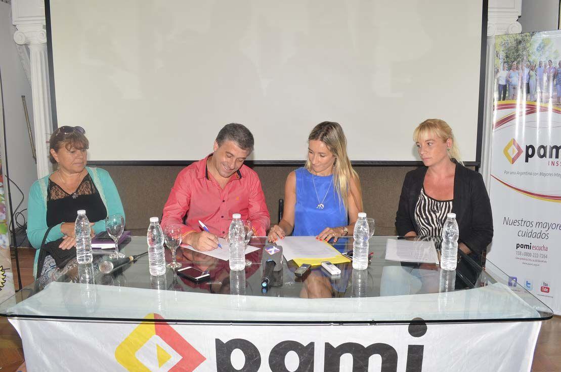 Convenio. El intendente y la directora regional del Pami rubricaron el acuerdo.